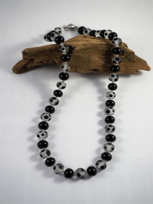 Perlenkette Schwarz gepunktet